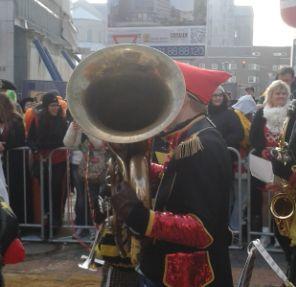 Karneval wird Tuba gespielt
